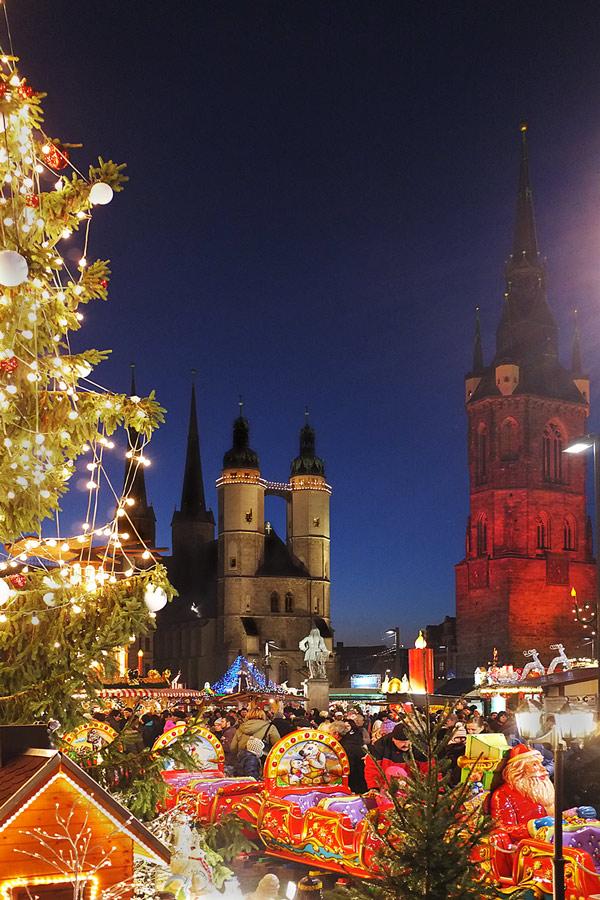 Weihnachtsmarkt Halle/Saale mit Marktkirche und Roter Turm