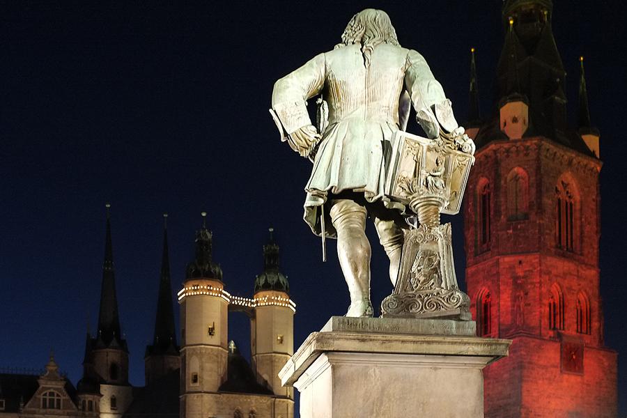 Händel blickt auf Marktkirche und Rotrn Turm
