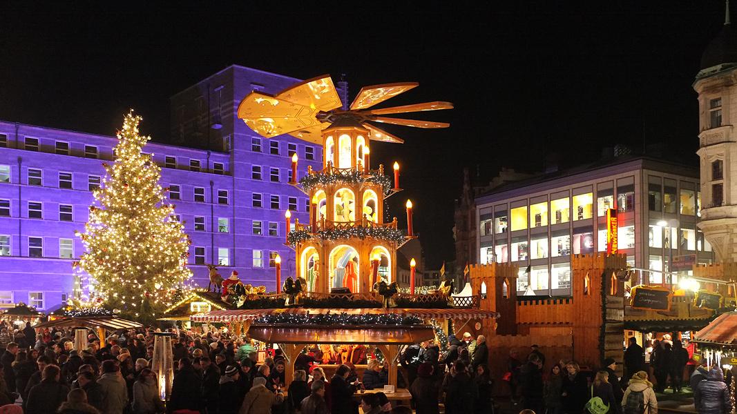 Weihnachtsmarkt Halle/Saale , im Hintergrund das Rathaus
