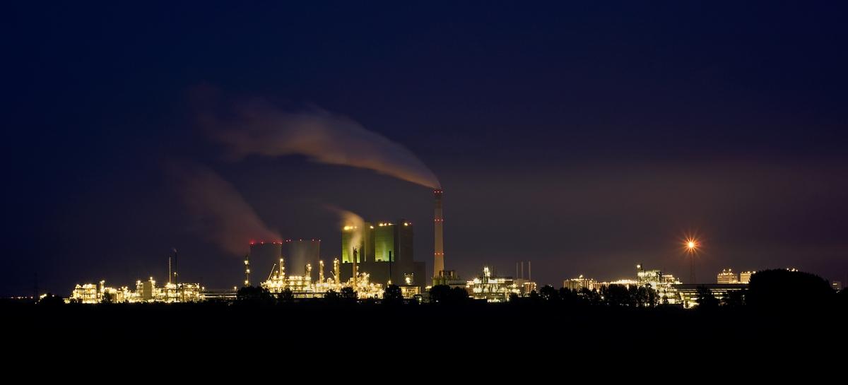 Kraftwerk Buna bei Nacht