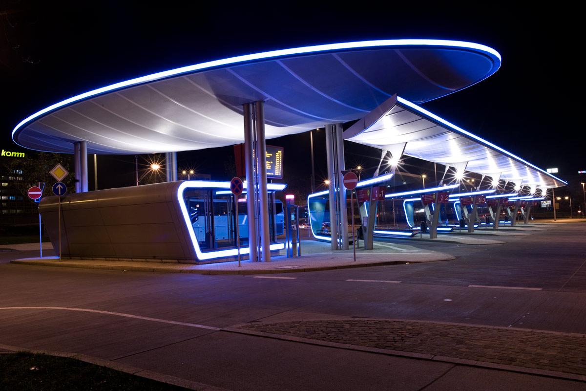 Busbahnhof Halle bei Nacht , unbearbeitet .