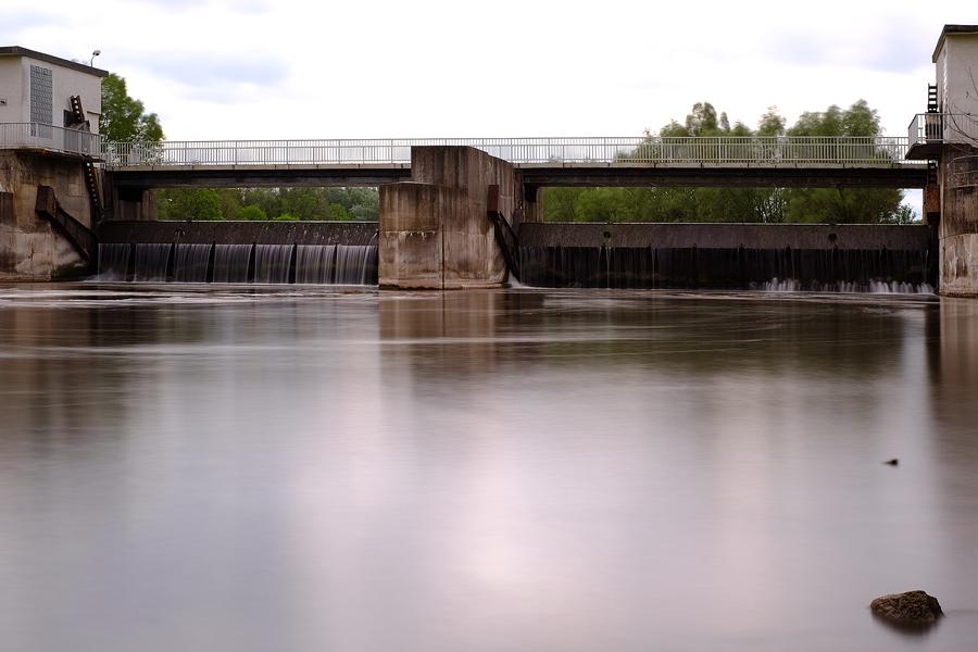 Wehr und Wasserkraftwerk bei Planena