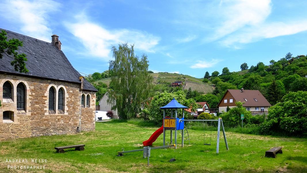 Kirche Rollsdorf mit Blick auf die Weinberge