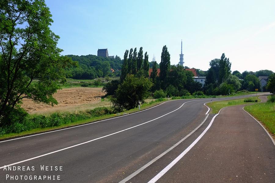 Landstraße Wallwitz-Petersberg . Blick auf Sendemast und Stiftskirche