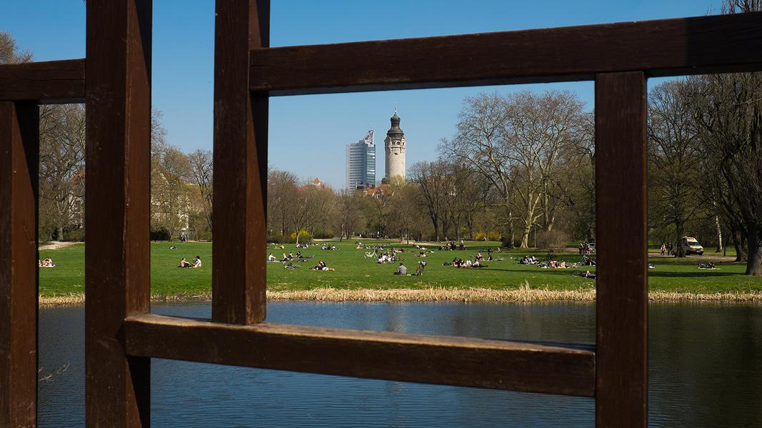 Johannapark Leipzig , Blick zu Neuen Rathaus und Uniriesen